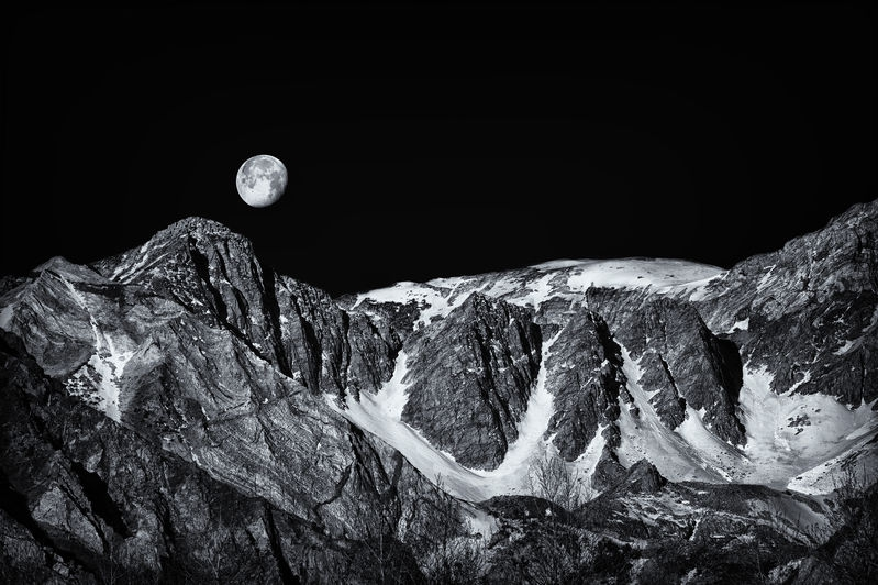 McGee_Creek_MoonSet_3_B_W.jpg